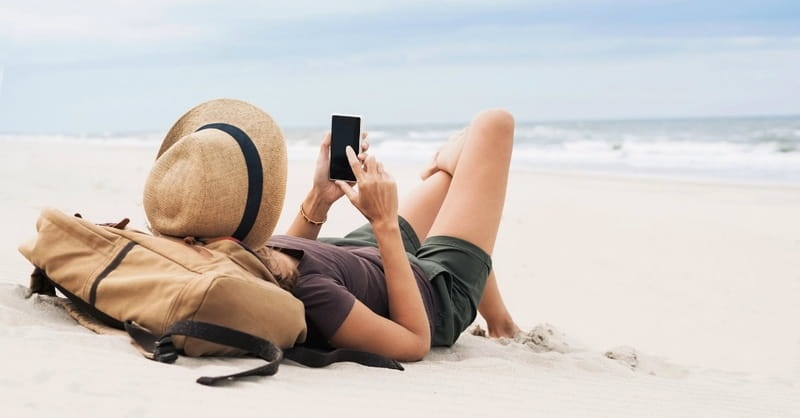 Menina usando o celular em Tulum