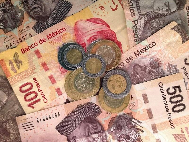 Economia nos dólares e pesos em Acapulco no México