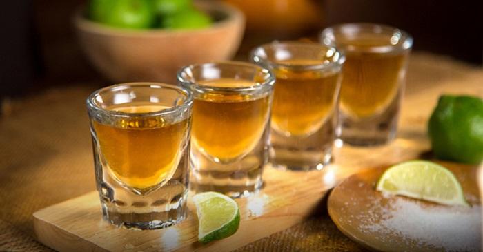 Lua de mel em um dos bares de Acapulco