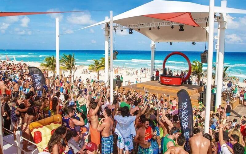 Movimiento de turistas y hospedajes en el mes de Abril en Cancún