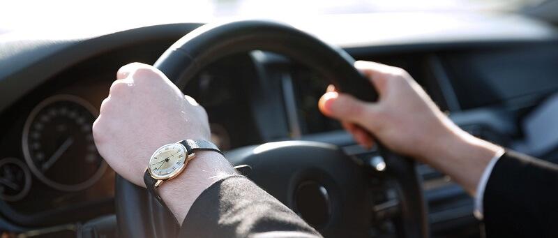 Persona manejando coche