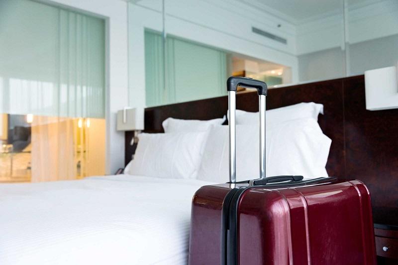 Maleta en la habitación del hotel