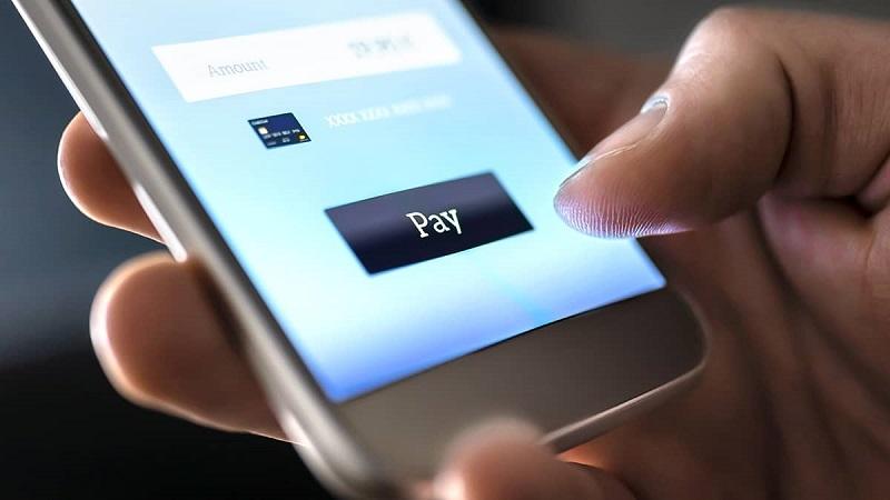 Persona transfiriendo dinero a Cancún