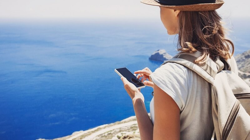Persona usando el celular en Tulum
