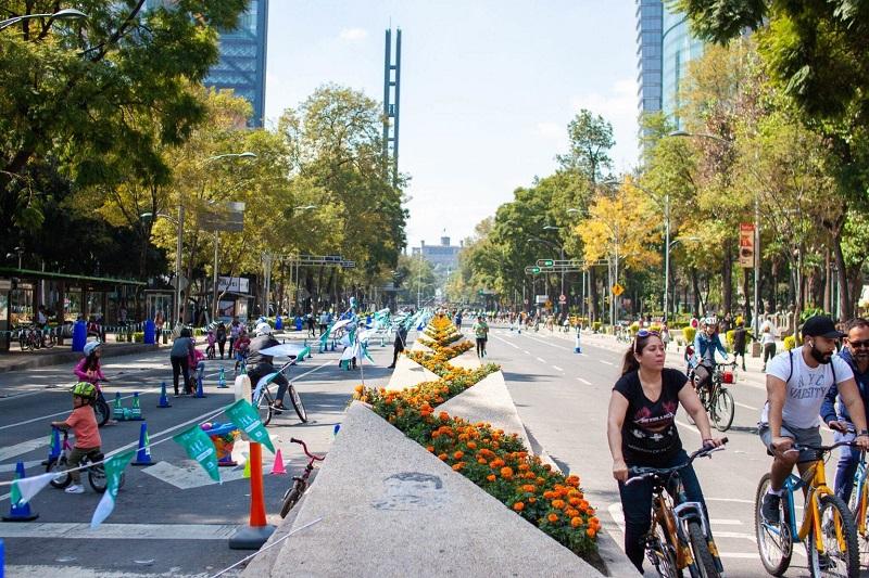 Personas montando en bicicleta en la Avenida Paseo de La Reforma