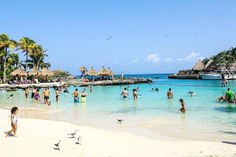 Turistas disfrutando de la playa en Cancún